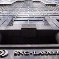 Un building en hauteur avec le logo de l'entreprise à sa base.