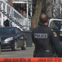 Un ruban orange bloque l'accès à une rue de Trois-Rivières où les policiers interviennent auprès d'une personne en crise.