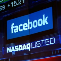 Le logo Facebook sur un écran à la bourse NASDAQ.