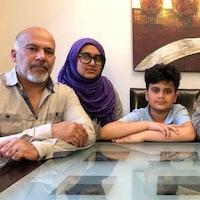 Le père, la mère et trois des enfants de la famille Bhatti