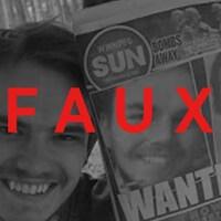 On voit un jeune homme posant à côté de la une d'un journal avec la photos des deux présumés meurtriers, Kam McLeod et Bryer Schmegelsky. Le mot « FAUX » apparaît sur la photo.