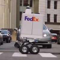Un robot qui roule dans les rues d'une ville.