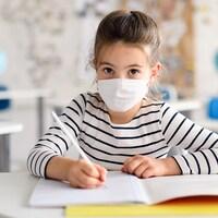 Des élèves en classe portant un masque.