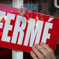 Pancarte rouge avec la mention « Fermé ».
