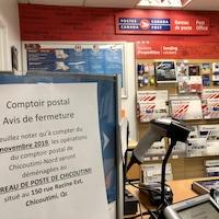 Un avis de fermeture affiché dans la succursale du bureau de poste de Chicoutimi-Nord.