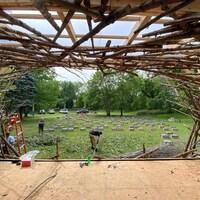 Une scène de spectacle en construction sur un terrain.
