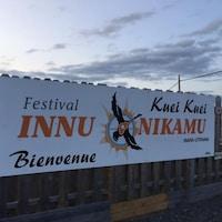 Une bannière du festival Innu Nikamu.