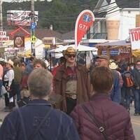 Des gens dans la rue avec des chapeaux de cowboys.
