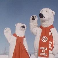 Deux mascottes d'ours avec foulards rouges saluant avec la patte sur le site de la Fête des neiges