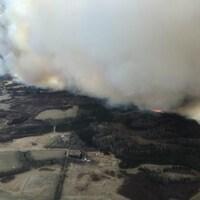 Le feu fait rage en Alberta.