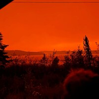 Ciel couleur feu, avec vue sur l'eau