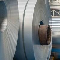 Des rouleaux de feuilles d'aluminium
