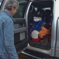 Richard McLean à côté de son camion.