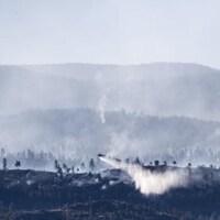 De la fumée entoure les collines à Penticton, mais il n'y a plus de flammes visibles.