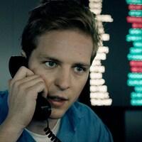 Un homme parle au téléphone.