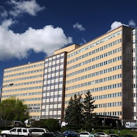 Une vue de l'extérieur de l'hôpital Foothills à Calgary.