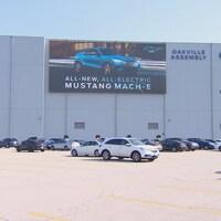 L'usine d'assemblage de Ford à Oakville, devant un stationnement.