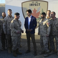 Le premier ministre Trudeau et le général Vance sont entourés de militaires.