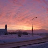 Une petite église à Fort Providence dans un coucher de soleil