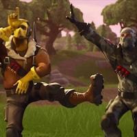 Deux personnages vidéo dans un jeu font des mouvement de danse