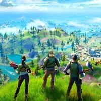 Trois personnages de Fortnite observent un paysage du haut d'une colline.