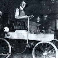Une photo d'archives où l'on voit George Foote Foss au volant de sa Fossmobile.