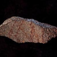 Un fragment de silcrète portant sur l'une de ses faces un dessin composé de neuf lignes tracées au crayon d'ocre.