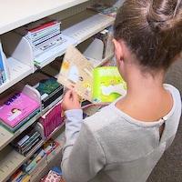 Une jeune fille lit un livre.