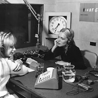 Dans un studio de radio, Line Bourgeois discute avec France Gall.