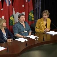 France Gélinas en conférence de presse à Queen's Park, aux côtés de 3 autres personnes