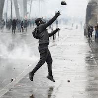 Un homme vêtu de noir et portant un masque à gaz.