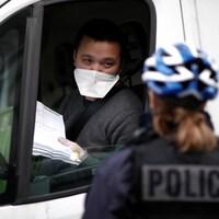 Une policière française contrôle un automobiliste.