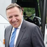 François Legault sort de son autobus de campagne électorale.