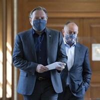 Le premier ministre Francois Legault est accompagné du ministre de la Santé Christian Dubé. Tous deux portent un masque.
