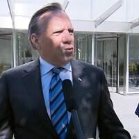François Legault, à l'extérieur, s'adressant aux journalistes.