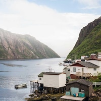 Photo du village, du fjord et des falaises