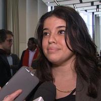 Soukaina Boutiyeb répond aux questions d'un journaliste.