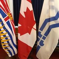 Les trois drapeaux pendent dans le hall d'honneur de l'Assemblée législative de la Colombie-Britannique.