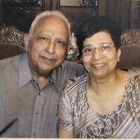 Un homme et une femme sourient.