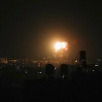 Une explosion à Gaza, la nuit.