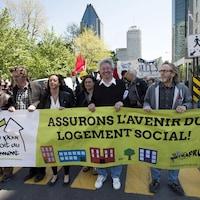 « Assurons l'avenir du logement social! », peut-on lire sur la banderole tenue par des manifestants souriants.