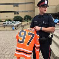 Le police montre un chandail signé de l'équipe des Oilers d'Edmonton.