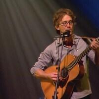 Fred Pellerin avec une guitare.