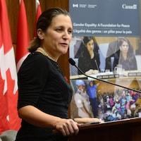 La ministre des Affaires étrangères Chrystia Freeland a présenté un plan national sur le rôle des femmes dans les processus de paix, à Ottawa.