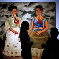 Le tableau représente 2 Frida Kahlo dont les cœurs sont reliés.