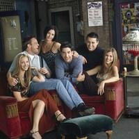 Les six acteurs posent assis.