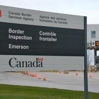 Panneau d'accueil au poste frontalier d'Emerson, au Manitoba.