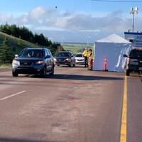 Un poste de contrôle est aménagé à Aulac et des véhicules attendent.