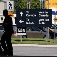 Des employés travaillent à un poste frontalier.