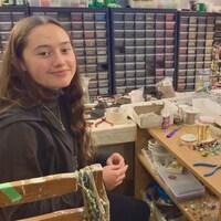 Charlotte et Lucie Brouillard, dans leur petit atelier.